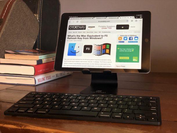 iPad en el escritorio en un soporte con teclado externo