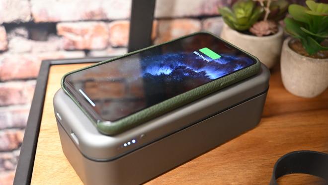 Una batería de 8000 mAh está integrada en la tapa con un cargador Qi de 10 W, salidas USB-C PD y USB-A.