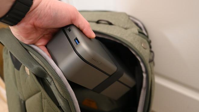 Arrojando BentoStack PowerHub en mi bolsa de equipo