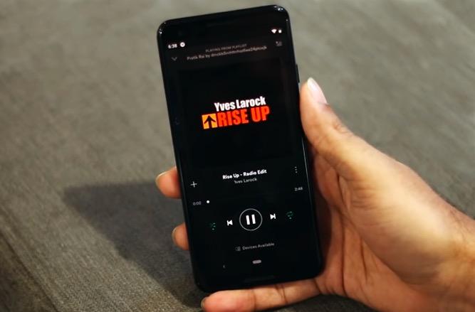 Kuinka ohittaa kappaleita Androidissa äänenvoimakkuuspainikkeilla, kun …