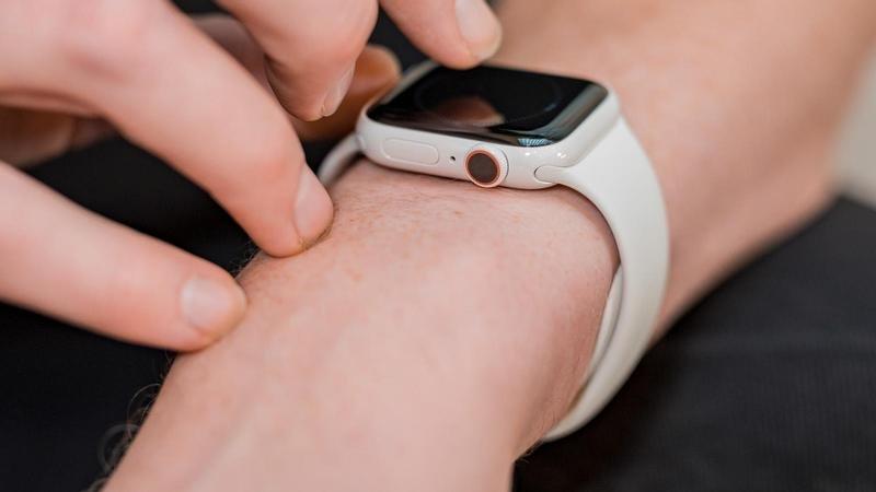 """Reloj de Apple 5 Revisión de cerámica 12""""data-alt ="""" reloj de apple 5 Revisión de cerámica 12"""">               <p>El Apple Watch Sin duda, el reloj inteligente más popular del mercado, ofrece una experiencia premium mejorada con una aplicación watchOS independiente, opciones de soporte LTE, EEG incorporado y una resistencia al agua impresionante. Pero, por supuesto, siempre hay factores para mejorar. Apple Watch Serie 5 Presentamos la tecnología de pantalla cada vez más popular y la brújula incorporada. Apple ponible.</p> <p>Como dije, aquí está todo lo que necesita saber sobre el reloj de la edición 2020 de manera no oficial. Apple Watch Desde las suposiciones de la fecha de lanzamiento de la serie 6 hasta las últimas filtraciones y rumores.</p> <h2>Cuando Apple Watch Serie 6 ¿Es lanzado?</h2> <p>No hay confirmación ni rumores sobre el lanzamiento de Apple Watch Puede echar un vistazo a las versiones anteriores para obtener información sobre lo que viene en la serie 6.</p><div class='code-block code-block-12' style='margin: 8px auto; text-align: center; display: block; clear: both;'> <div id = 'vdo_ai_div'></div><script>(function(v,d,o,ai){ai=d.createElement('script');ai.defer=true;ai.async=true;ai.src=v.location.protocol+o;d.head.appendChild(ai);})(window, document, '//a.vdo.ai/core/applexgen/vdo.ai.js');</script></div>  <p>En general Apple Tienden a lanzar nuevas versiones de Apple Watch Todos los años 9 Con el nuevo iPhone en el evento de marzo. No es un disco perfecto. Apple Divulgación original Apple Watch Año 2015 4 Lanzado en mayo 9 Lanzado en enero</p> <p>En ese sentido, nosotros Apple Watch Serie 6 Los rumores aparecen con el iPhone 12 2020 años 9 Siempre en marzo Apple Podría estar un poco sacudido en 2020.</p><div class='code-block code-block-3' style='margin: 8px auto; text-align: center; display: block; clear: both;'> <div data-ad="""