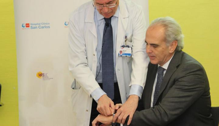 Dr. imagen Cobos, de Madrid, realiza un electrocardiograma con Apple Watch