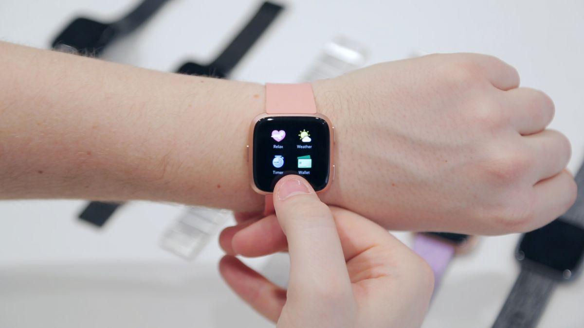 Haruskah Anda menggunakan smartwatch atau pelacak kebugaran jika Anda memiliki kondisi kulit?