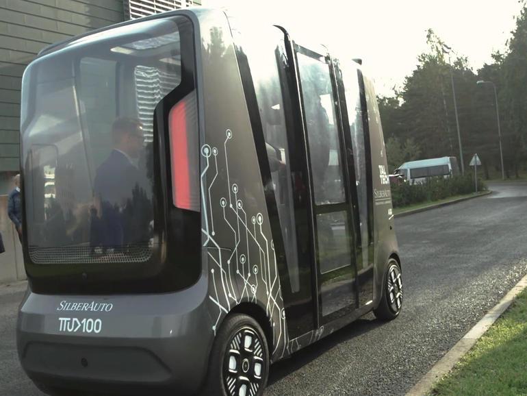 Apa yang terjadi ketika mobil tanpa pengemudi bertemu dengan robot pengiriman di persimpangan?