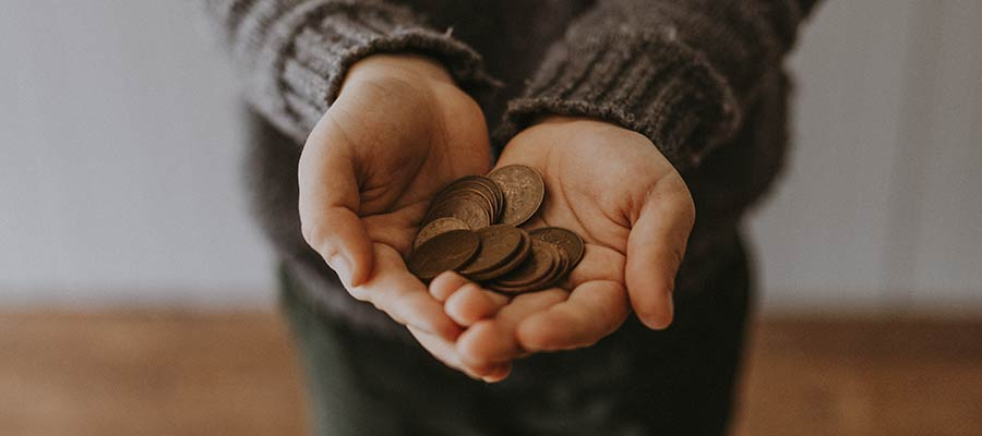 Una persona con monedas.