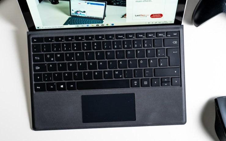 Microsoft Surface Pro 7 dengan Tipe Sampul