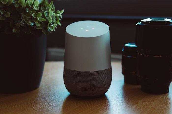 Puede controlar su hogar inteligente con los comandos de voz de Google Home.