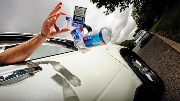 Melempar benda-benda melalui jendela mobil bisa baik-baik saja hingga 300 euro