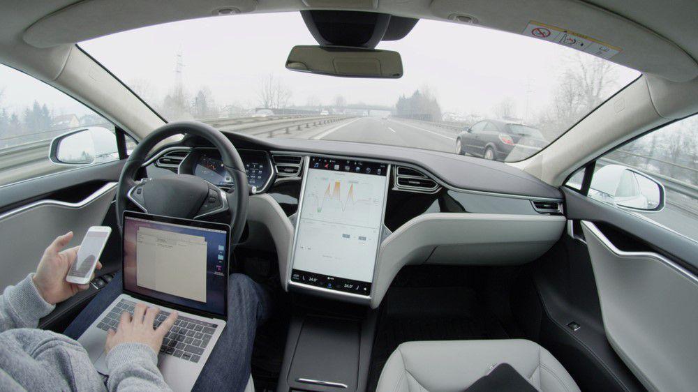 Anda akan segera dapat melakukan streaming YouTube dan Netflix ke dasbor Tesla Anda