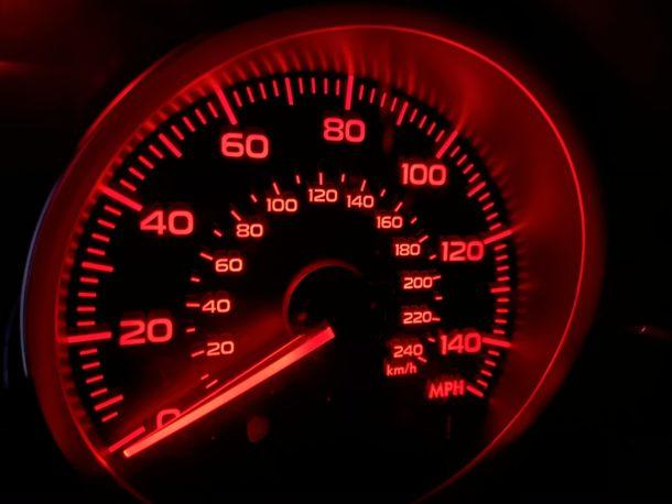 Foto de ejemplo del modo nocturno del tablero de un automóvil por la noche