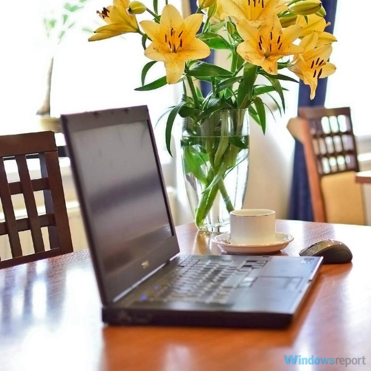 كمبيوتر محمول مع زهور على المكتب: كيفية استخدام التحديد السحري في الطلاء ثلاثي الأبعاد