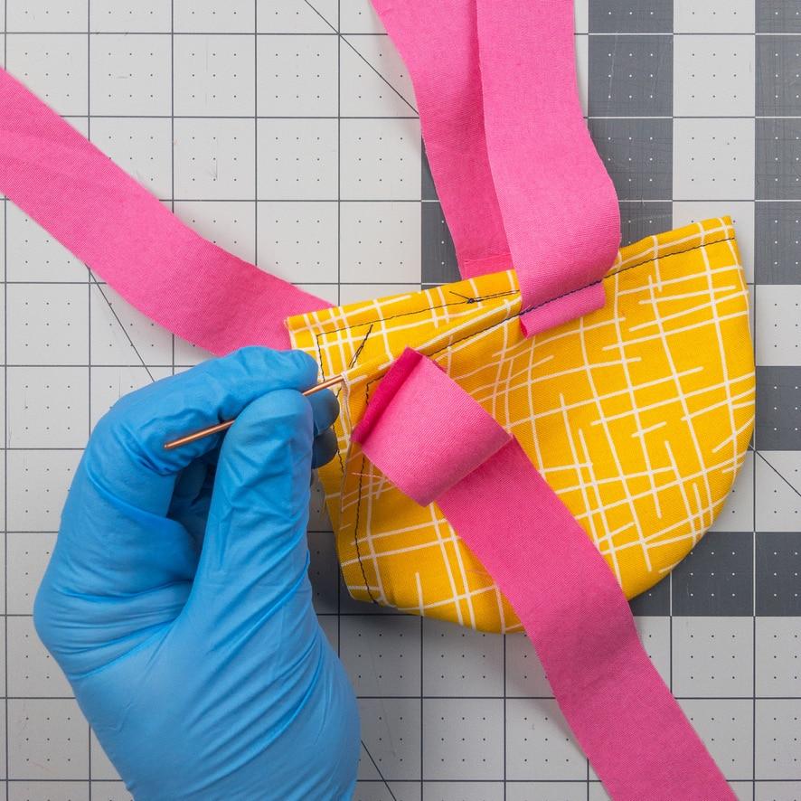 أضف سلكًا إلى قناع الفيروس التاجي محلي الصنع.