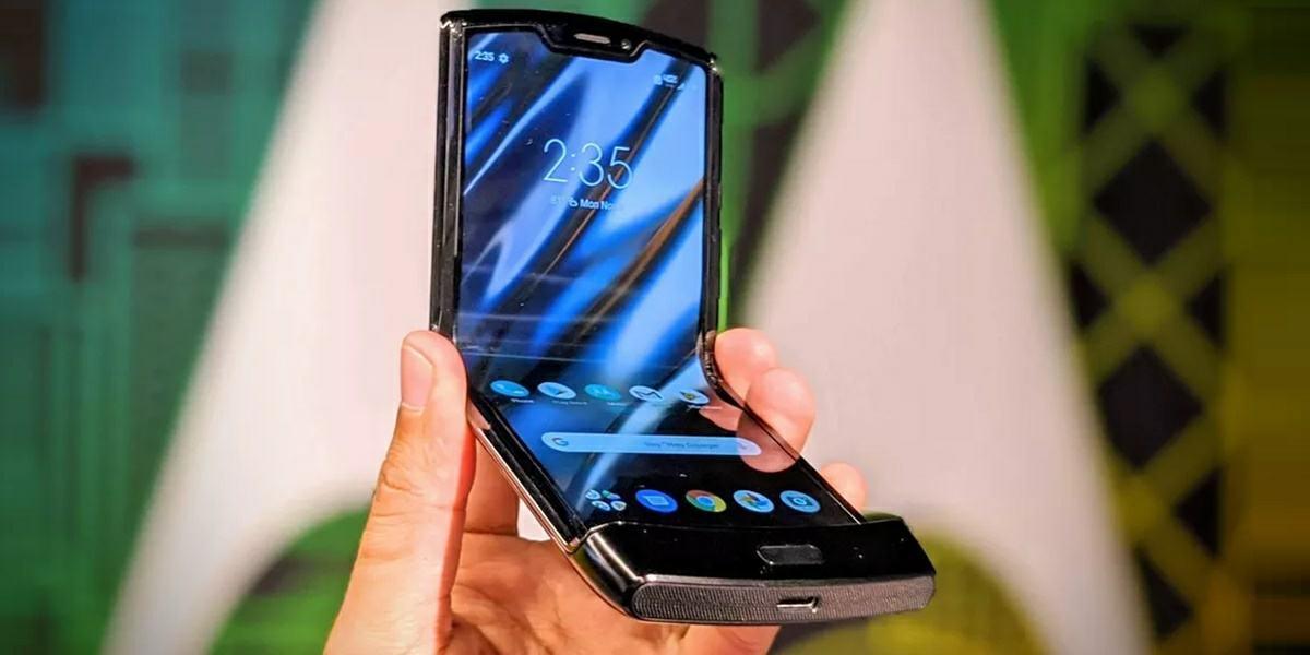 Motorola Razr là một chiếc điện thoại có thể gập lại khi bạn nhìn thấy nó 1