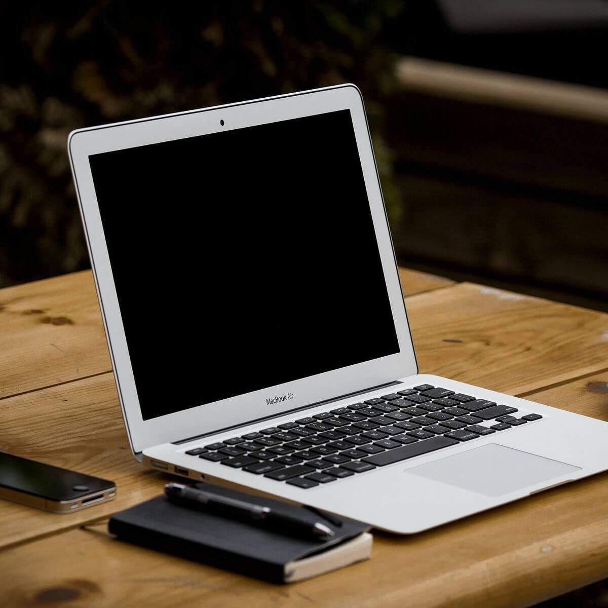 Masaüstündeki MacBook Air: PowerPoint-də video kəsmək olmur