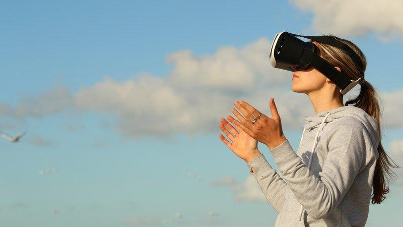 Mujeres con auriculares VR