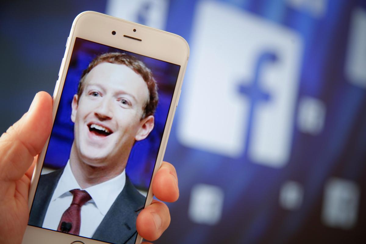 Aku s Facebook MENDENGARKAN Anda? Wanita mengklaim dia BUKTI ponselnya memata-matai percakapan