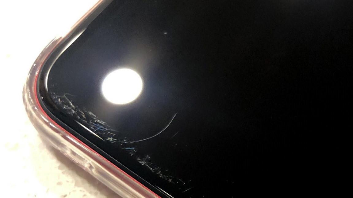 iPhone 11: Những vết xước bí ẩn xuất hiện trên màn hình 2