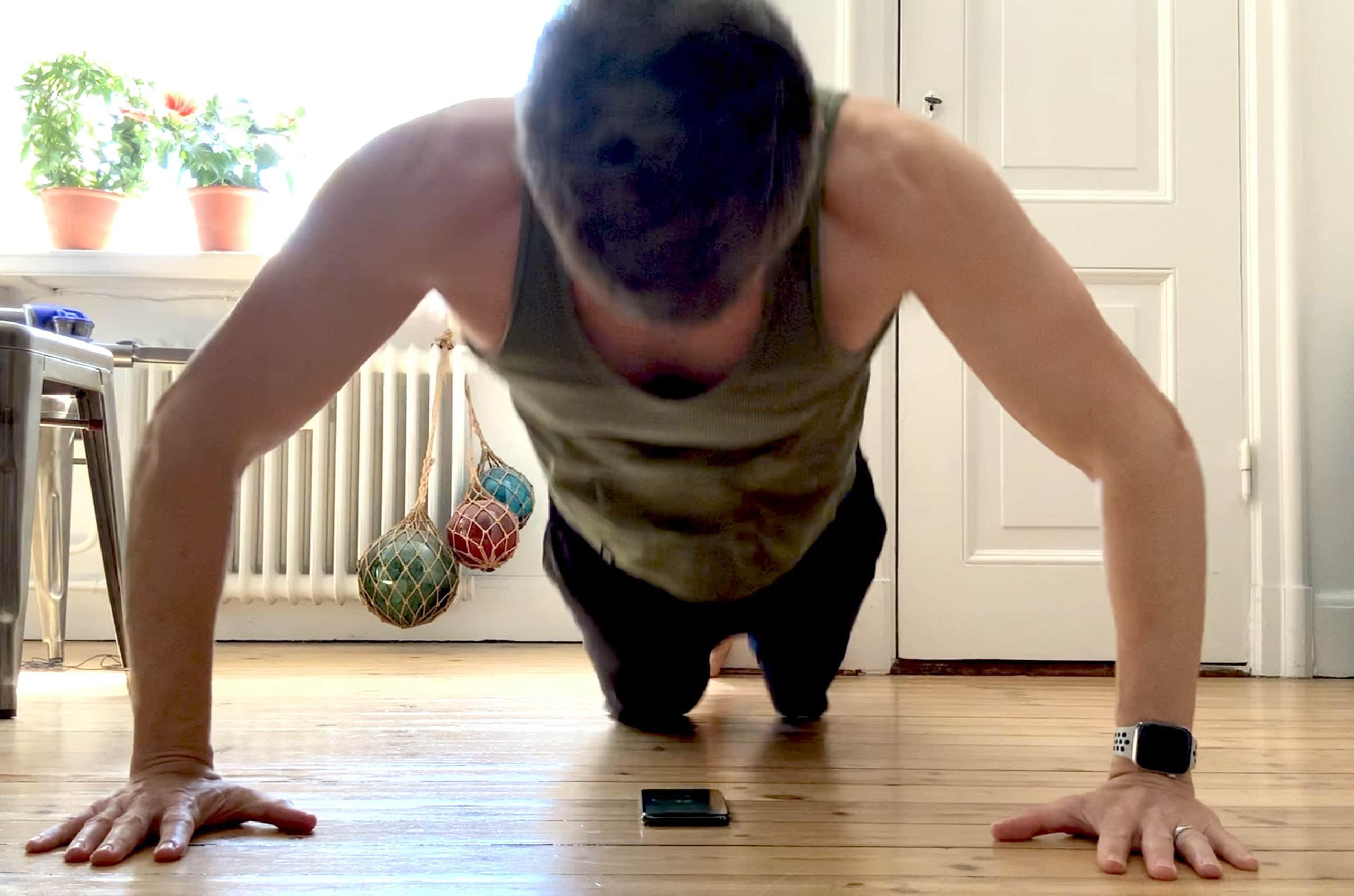 Letakkan iPhone Anda di bawah dada Anda dan aplikasi pintar 22 Pushup menghitung replay Anda secara otomatis.