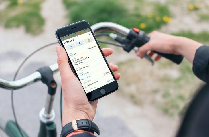 Cara melihat lokasi yang menerima Apple Pay di Apple Peta 1