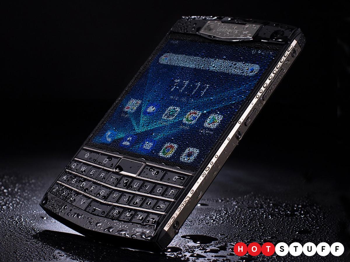 Unihertz Titan tampak seperti kekasih dari sebuah smartphone Android dan BlackBerry Passport