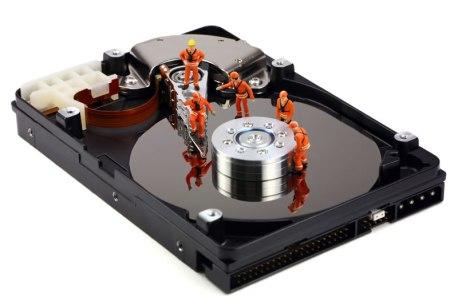 Bir sabit diskte veri kurtarma üzerinde çalışan minyatür teknisyenlerin başka bir teknik destek konsepti.
