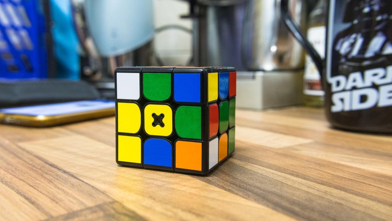 La X en el cuadrado amarillo central es el punto de carga.