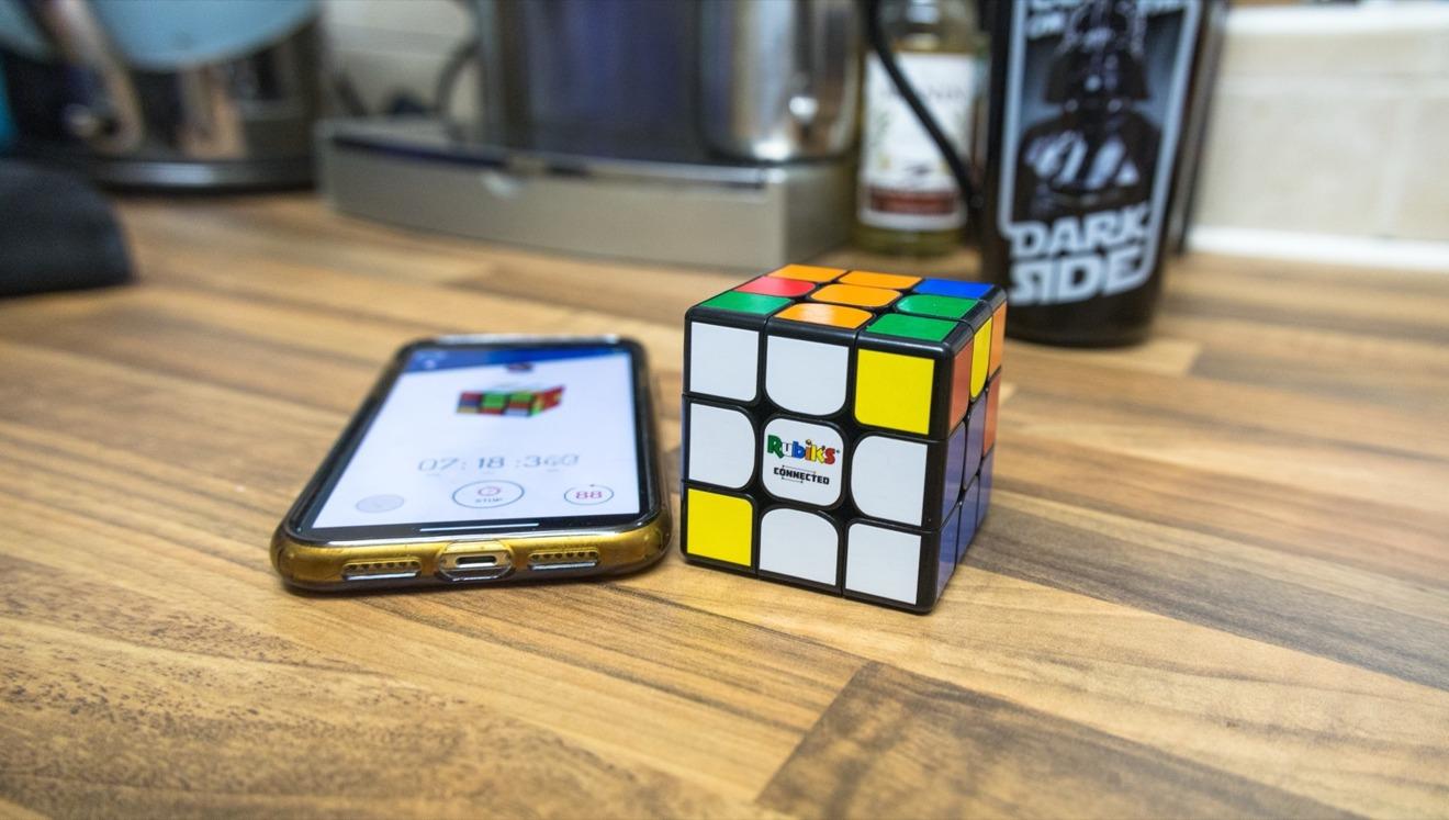 Puede aprender o ser competitivo al usar la aplicación complementaria Connected de Rubik.