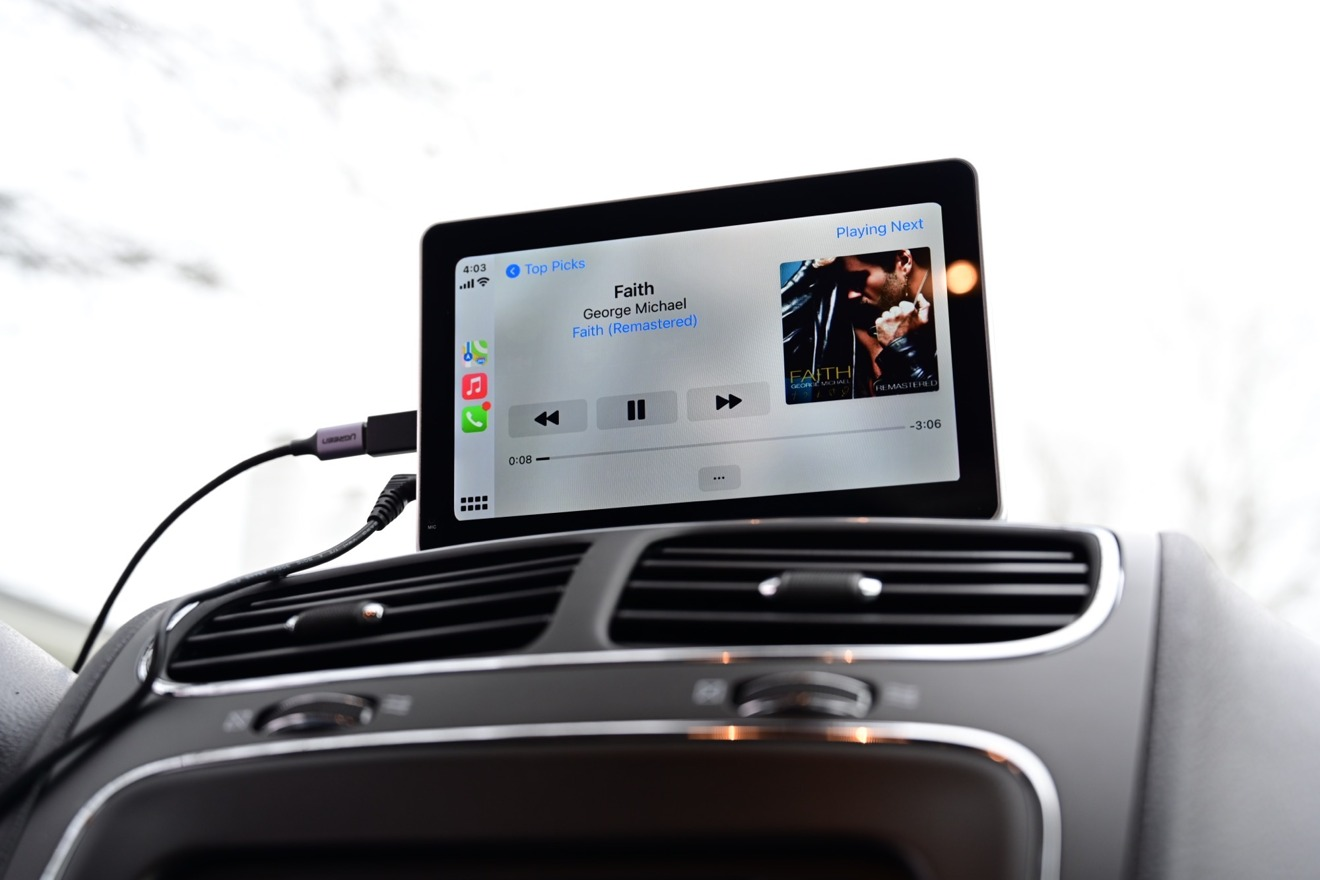 Apple  Música que se reproduce a través de CarPlay en los altavoces Intellidash +
