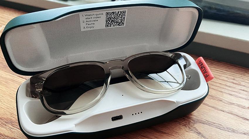 El estuche de carga de Fauna ofrece un lugar conveniente para guardar sus gafas cuando no están en uso
