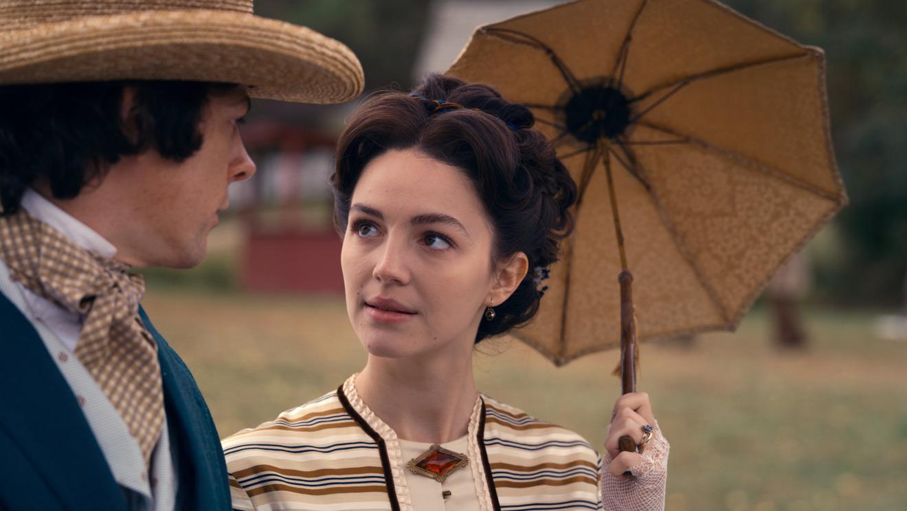 Adrian Blake Enscoe y Ella Hunt en la segunda temporada de