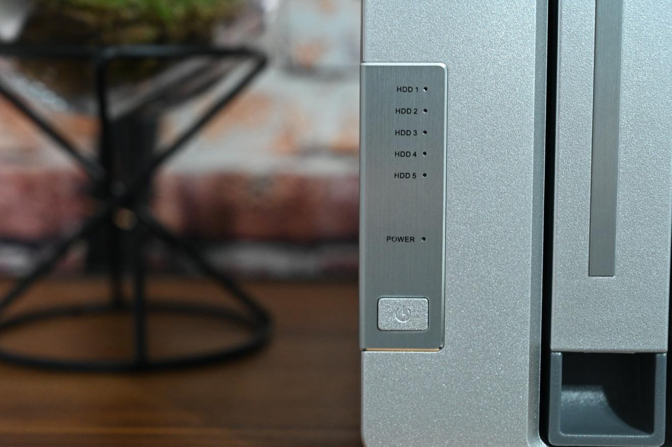 Los indicadores y el botón de encendido del TerraMaster D5-300C