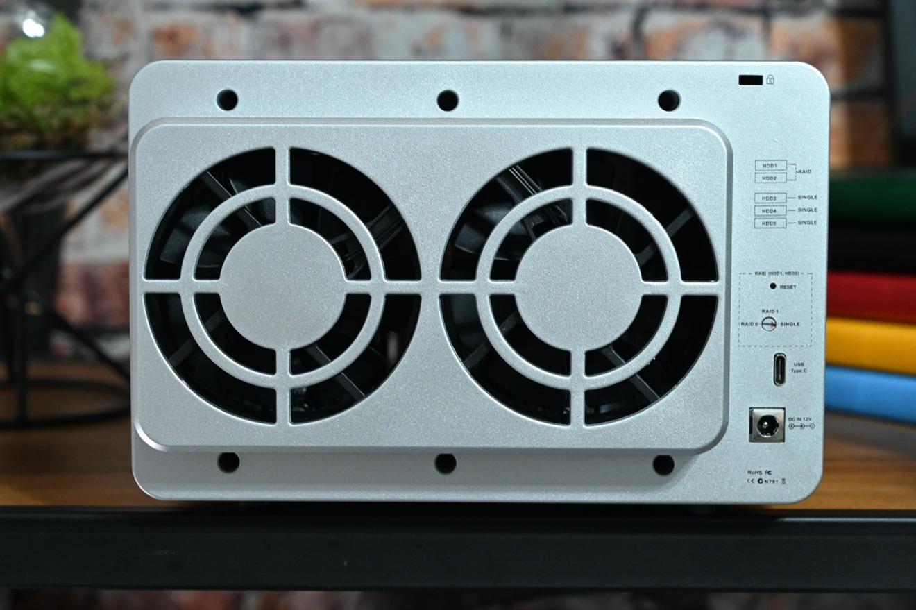 Un par de ventiladores ayudan a enfriar el TerraMaster D5-300C.