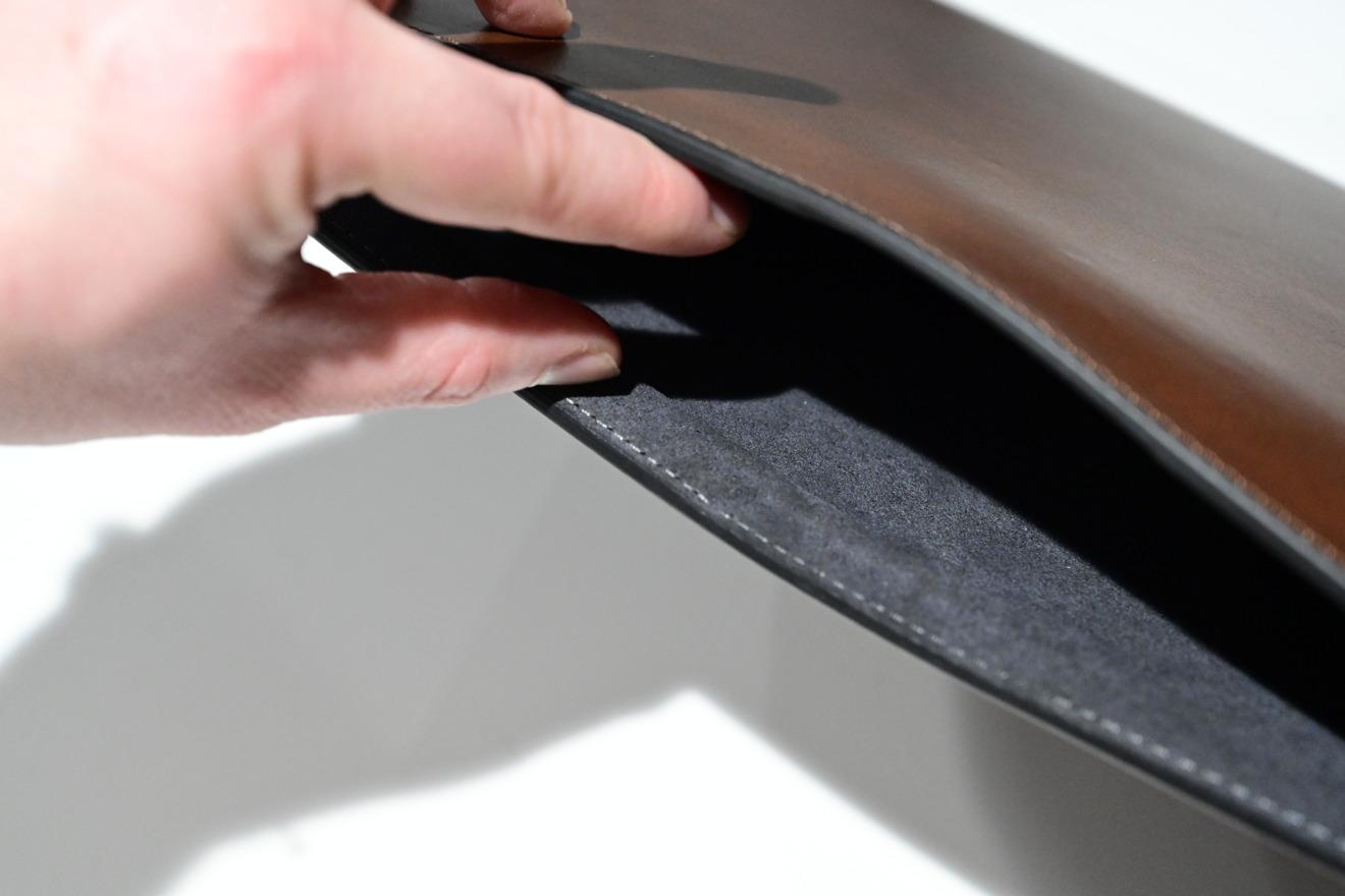 Interior de la funda de cuero Horween de Nomad para MacBook Pro