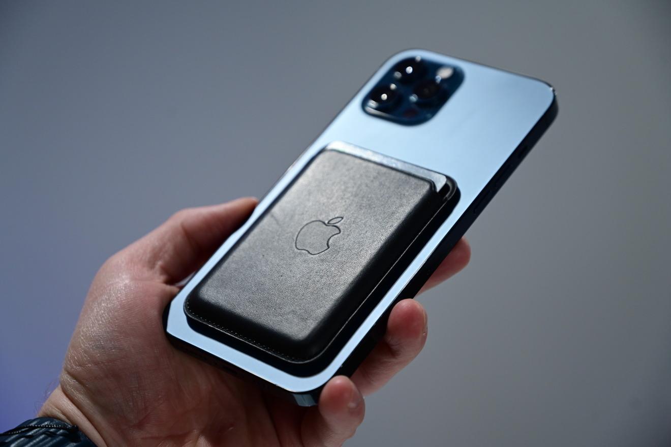 Billetera MagSafe directamente en iPhone 12 Pro Max sin estuche
