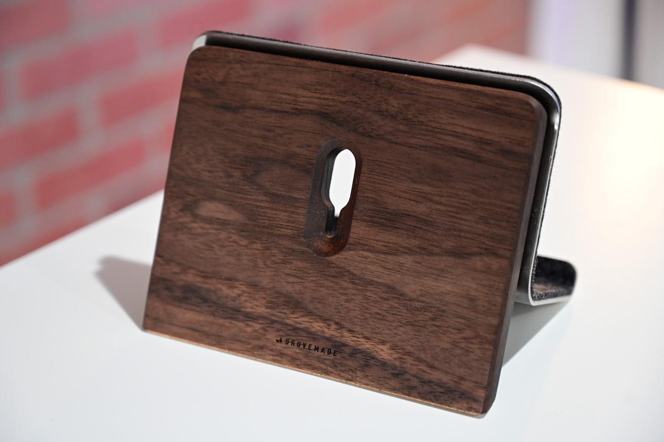 Soporte para iPad de Grovemade en nogal