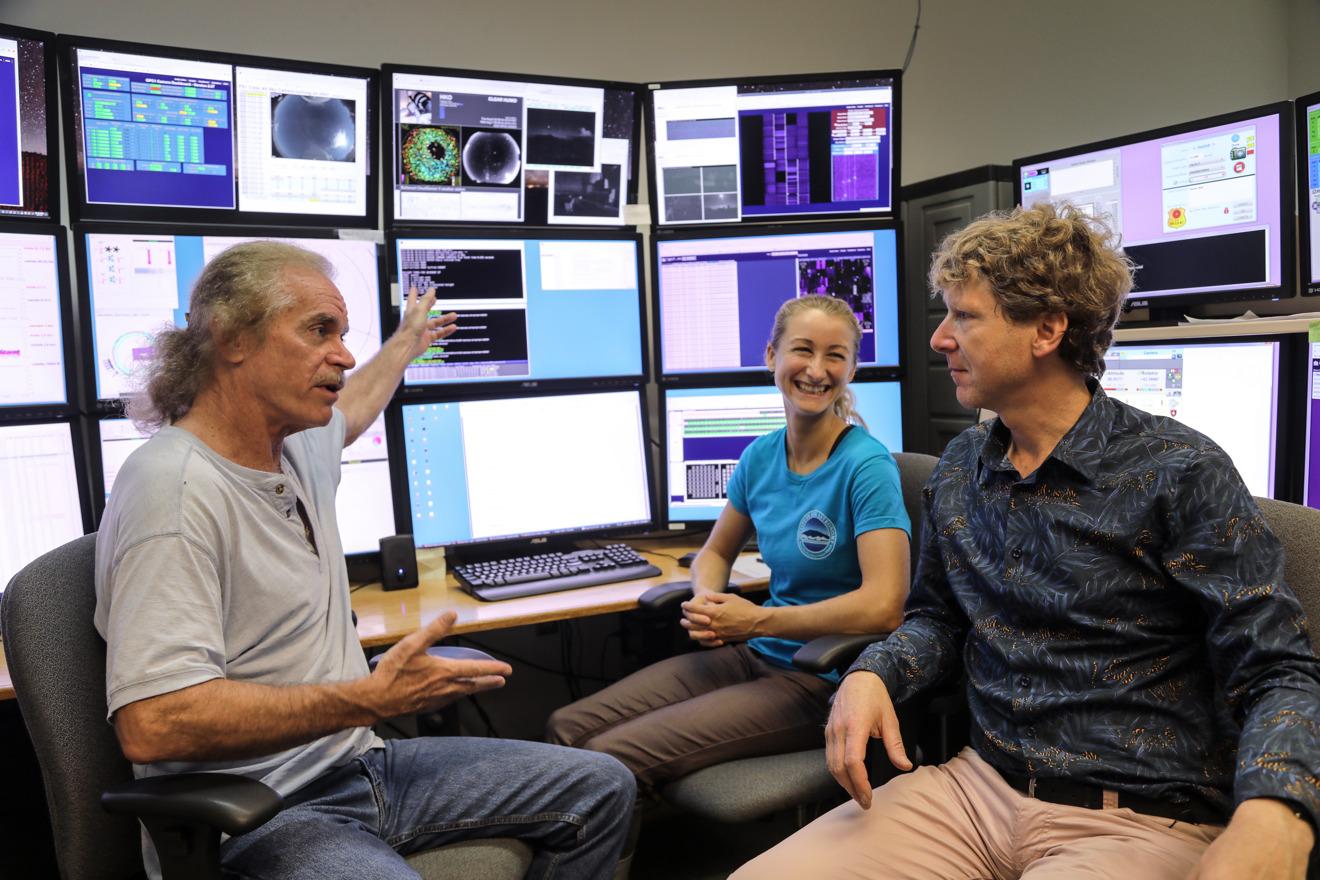 Clive Oppenheimer con Mark Willman y Joanna Bulger en el Observatorio Pan-STARRS, Haleakal, Hawaii en