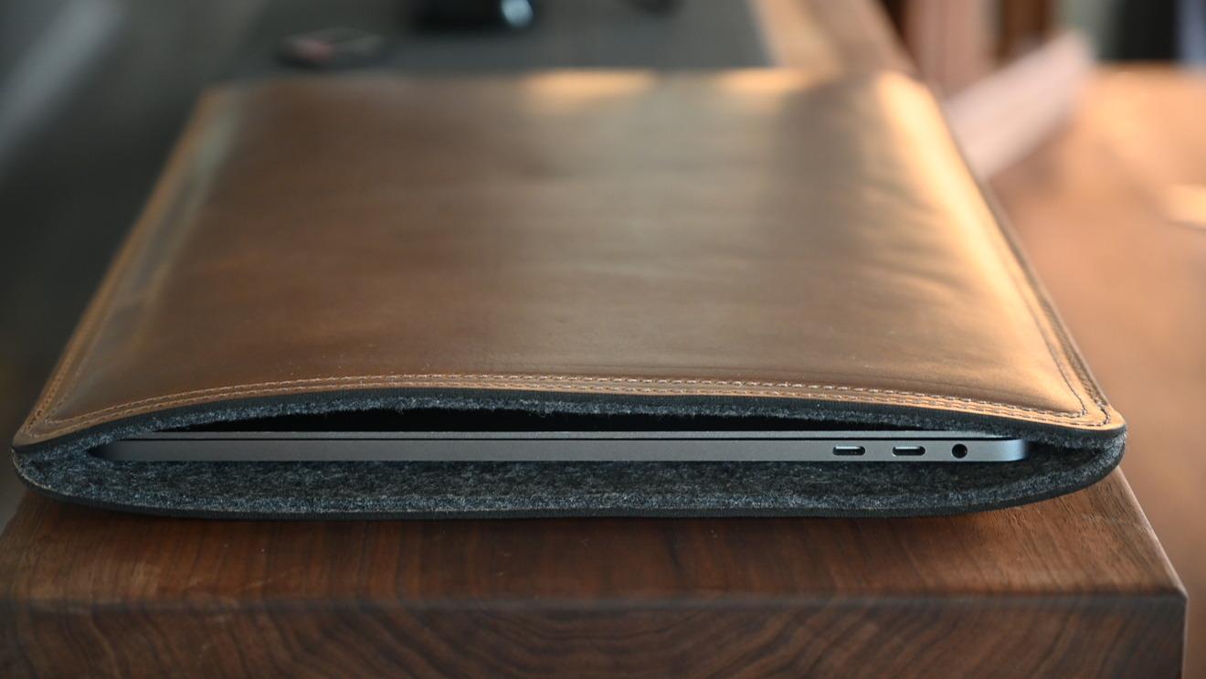 La funda de cuero Clayton y Crume para MacBook Pro ofrece una protección sólida
