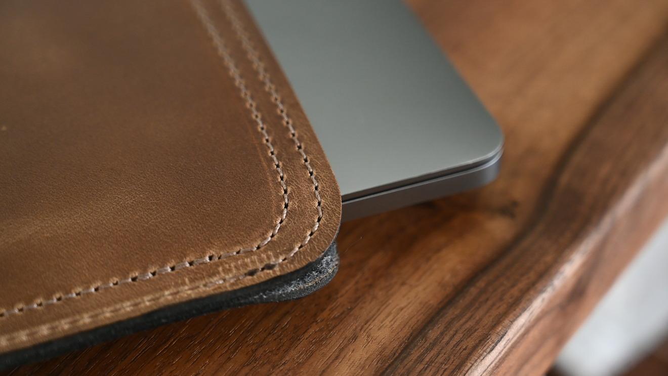 La funda de cuero Clayton y Crume para MacBook Pro tiene un magnífico trabajo de detalle