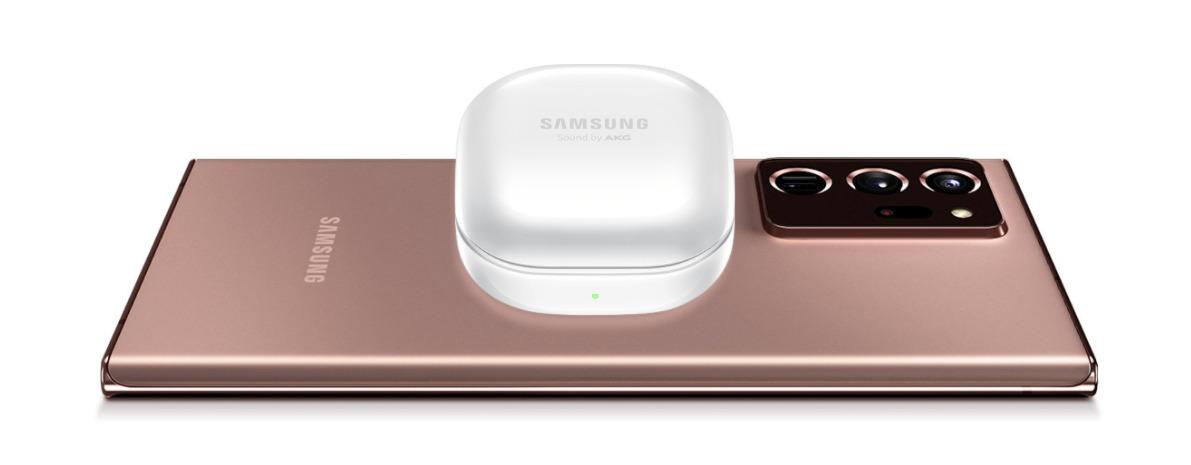 El estuche de carga se puede recargar desde un teléfono inteligente Samsung compatible de forma inalámbrica.