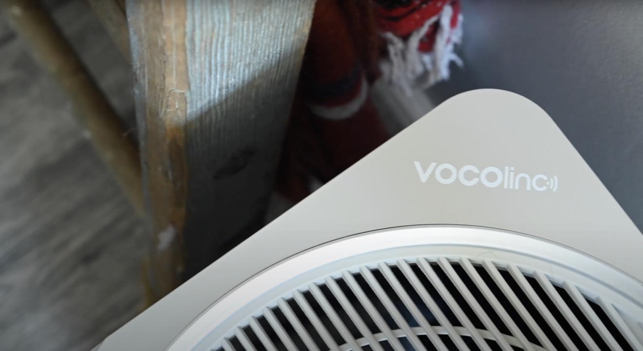 El logotipo de VOCOlinc en el purificador de aire PureFlow
