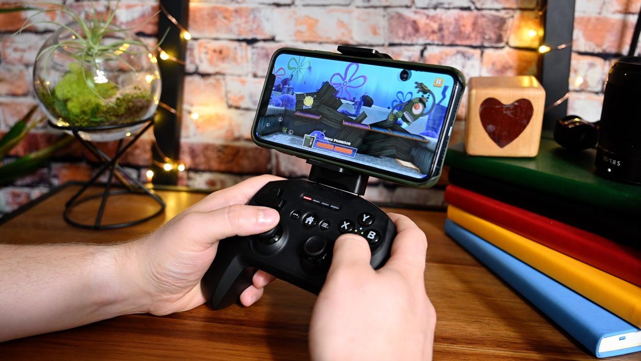 Jugar al juego de plataformas Bob Esponja de Apple Arcade con SteelSeries Nimbus y el soporte para iPhone