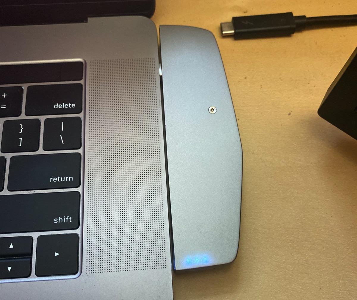 HybridDrive conectado al lado derecho del MacBook Pro: observe el tornillo