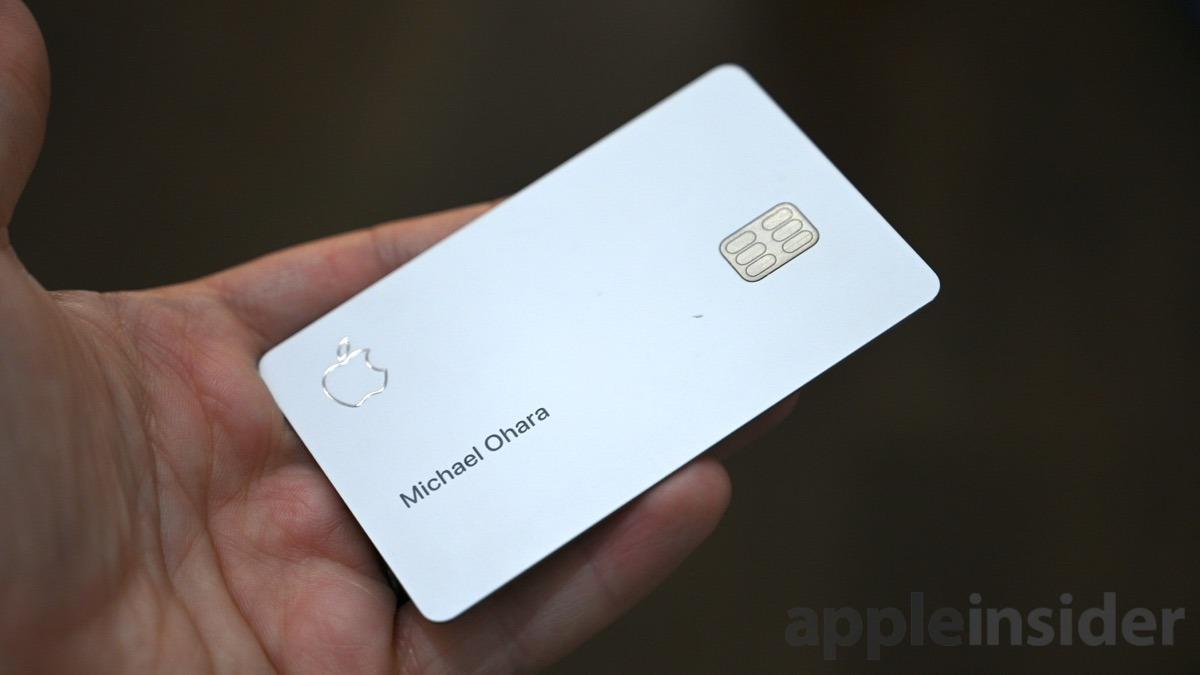 Un pequeño ding muestra el titanio en la parte delantera de Apple Tarjeta