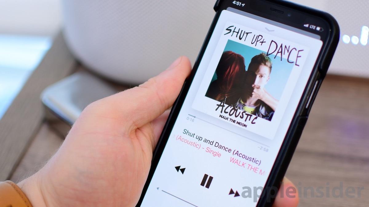 Auriculares inalámbricos Master y Dynamic MW07 jugando Apple Música