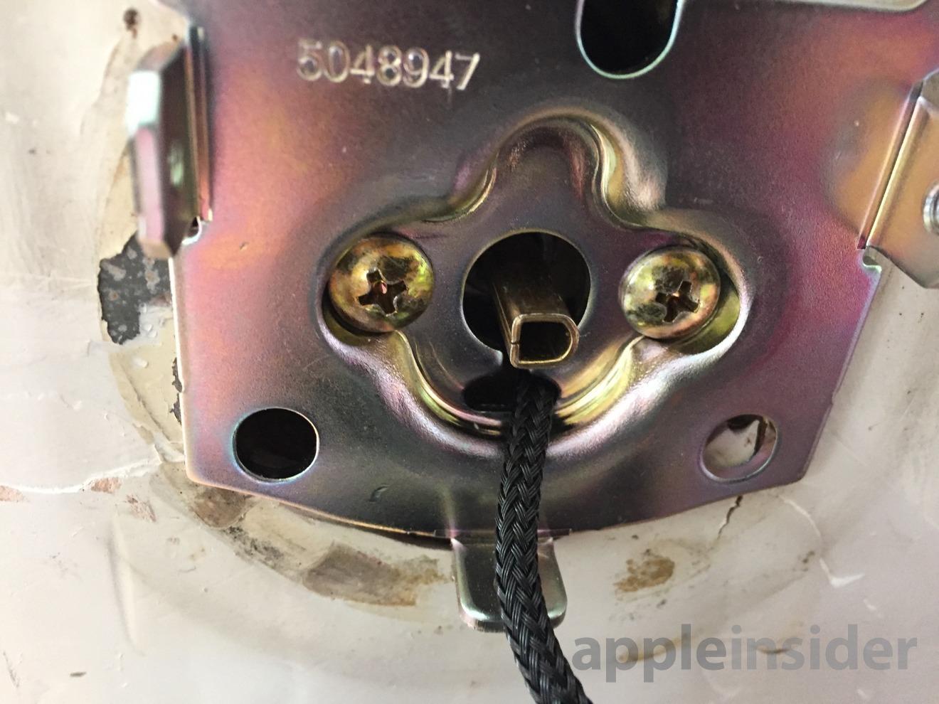Este es el cilindro que mueve el cerrojo, viniendo de afuera hacia adentro. La palanca de giro se acopla a esto.