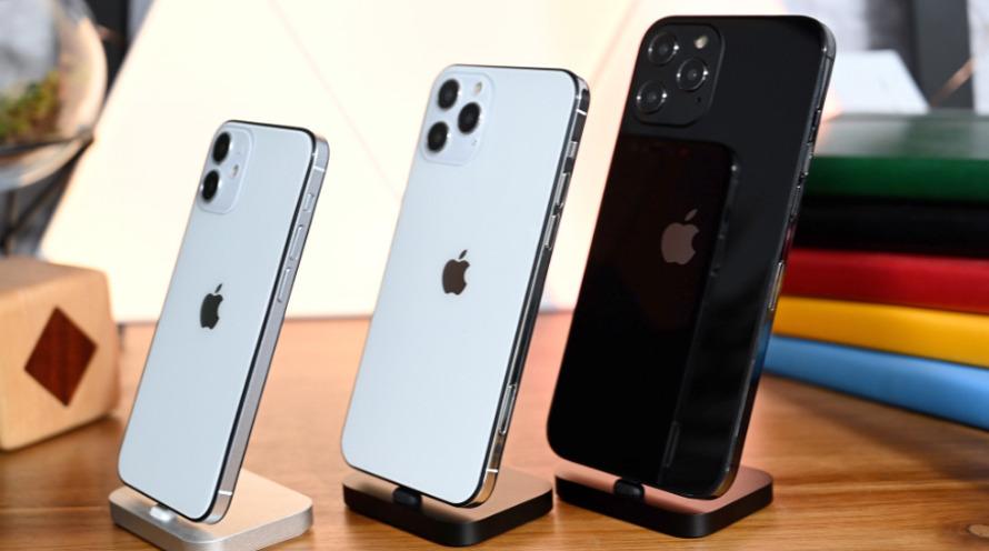 Maquetas físicas de iPhone de tres 12'modelos
