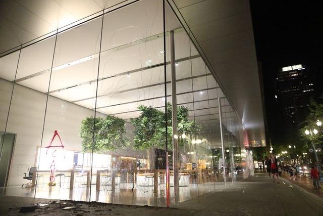Portland, Oregon Apple Tienda destrozada por manifestantes (a través de Nate)