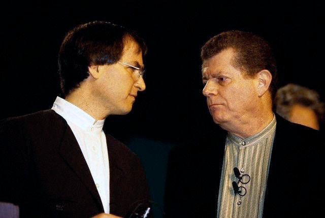 Steve Jobs con su predecesor como CEO, Gil Amelio