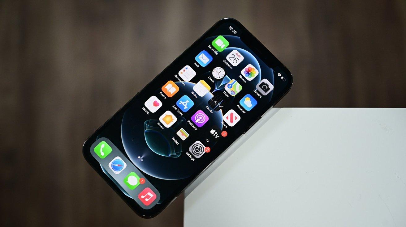 El iphone 12 La pantalla Pro es ligeramente más brillante que la que no es Pro
