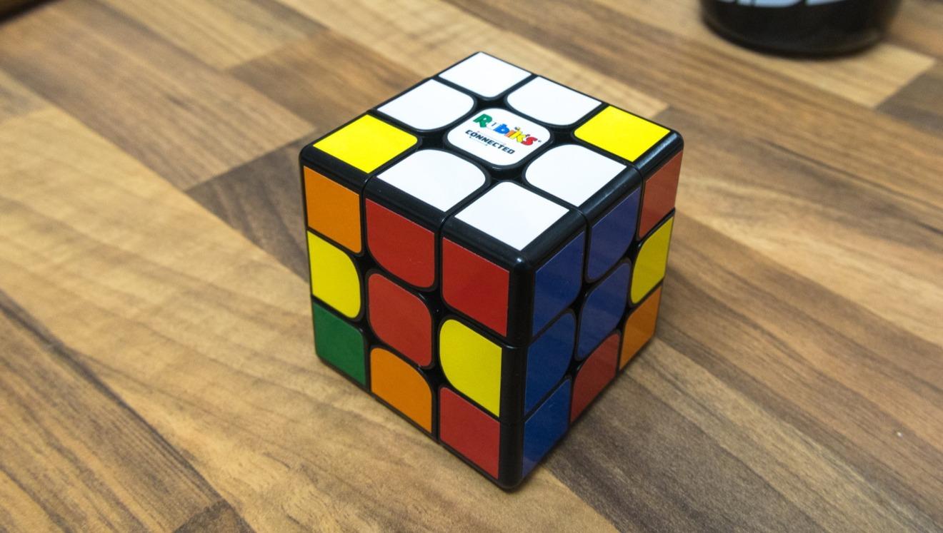 Las esquinas interiores curvas de cada lado facilitan la torsión del cubo.